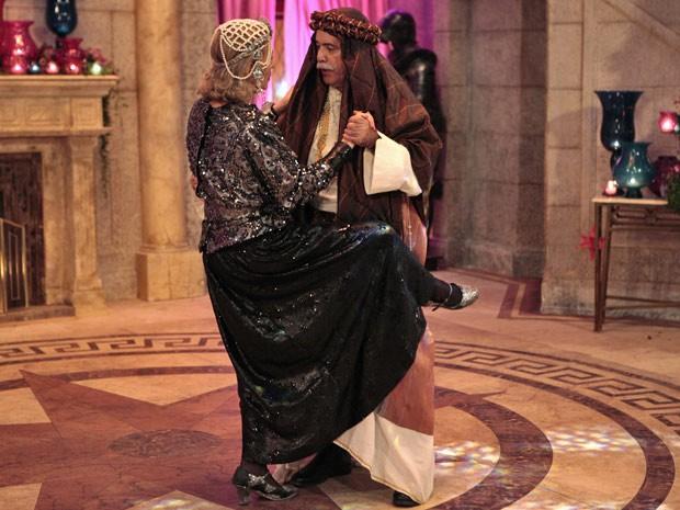 Os primos se empolgam e dançam tango juntos (Foto: Guerra dos Sexos / TV Globo)