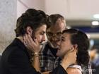 Adriana Birolli e Chay Suede gravam cena de romance nas ruas do Rio