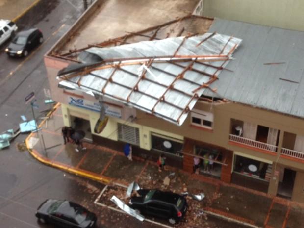Temporal destelhou prédios em Novo Hamburgo (Foto: Alexandre dos Santos/RBS TV)