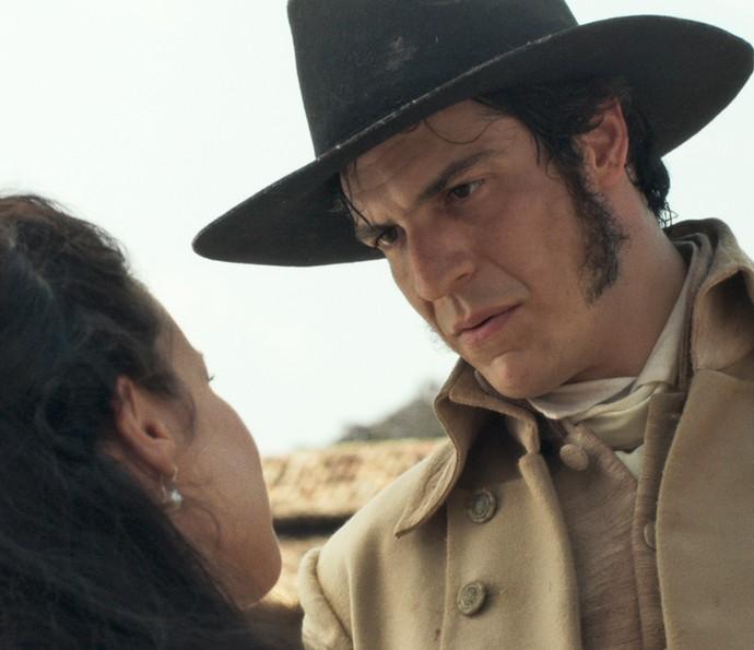 Rubião sai para caminhar com Joaquina e tenta abordar o assunto, mas a jovem 'foge' (Foto: TV Globo)