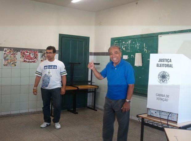 João Alves Filho vota no Colégio Atheneu na Zona Sul de Aracaju (Foto: Marina Fontenele/G1 SE)