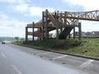 Passarela incompleta põe pedestre em risco ao atravessar rodovia no DF