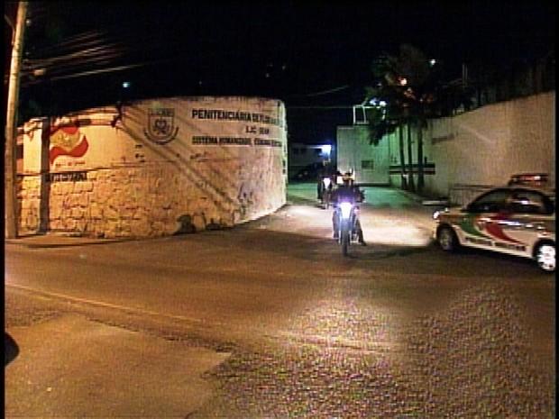 Policiais cercam a penitenciária após motim (Foto: Reprodução RBS TV)