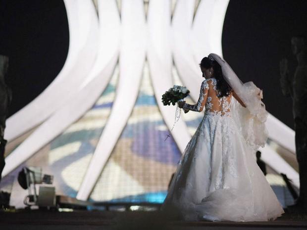 Noiva Graciela Mendes chega a casamento na Catedral Metropolitana de Brasília neste sábado (16) (Foto: Alexandre Bastos/G1)