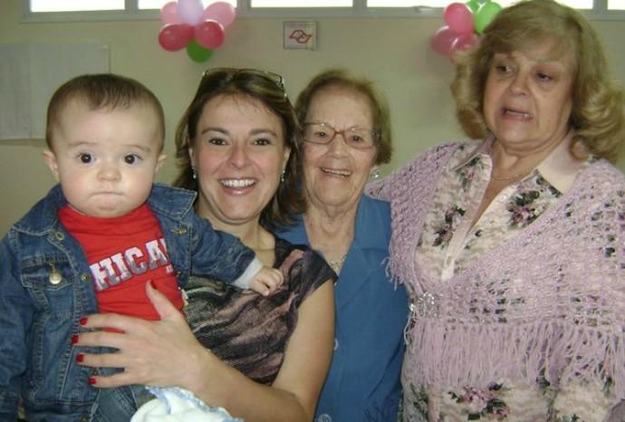 Alessandra Dias, gerente do núcleo de produção, carregando o pequeno Rafael, junto da avó e tia, ambas chamadas Mafalda (Foto: Reprodução / TV TEM)