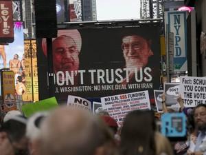 Outdoor mostra fotos de líderes iranianos e a frase 'Não confie em nós' durante protesto na Times Square, em Nova York, contra o acordo nuclear estabelecido com o Irã