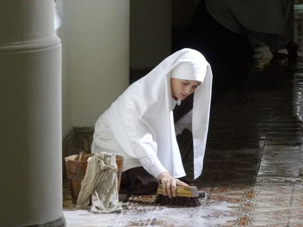 Gerusa esfrega o chão do convento (Foto: Gabriela/TV Globo)