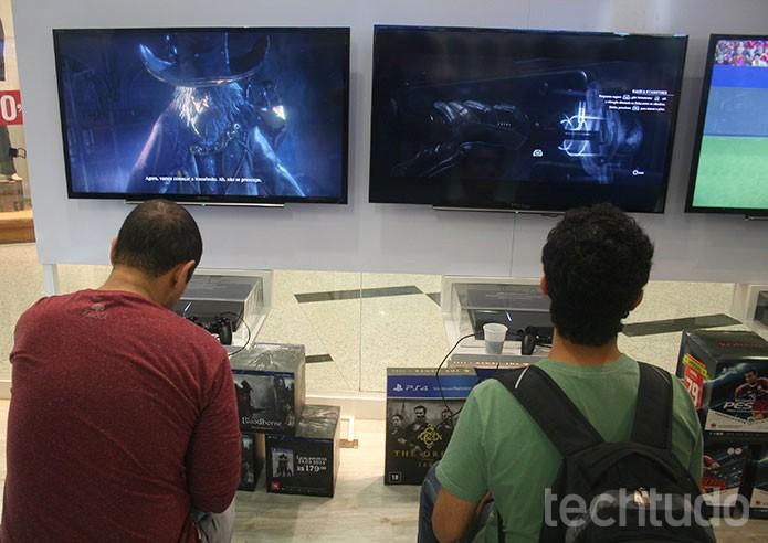 É possível testar jogos livremente em PS4 disponível no espaço PlayStation (Foto: Felipe Vinha/TechTudo)