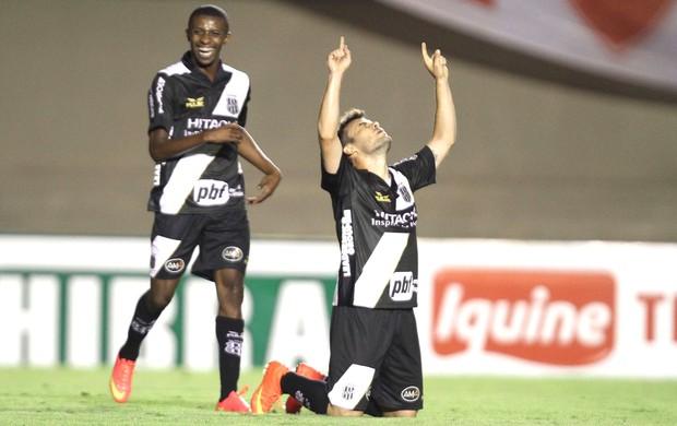 Renato Cajá comemora gol da Ponte preta contra o Vila nova (Foto: Carlos Costa/Futura Press)