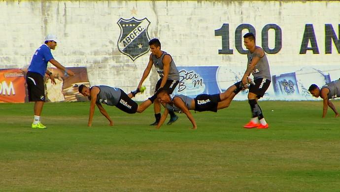 ABC jogadores brincadeira carrinho de mão (Foto: Reprodução/Inter TV Cabugi)