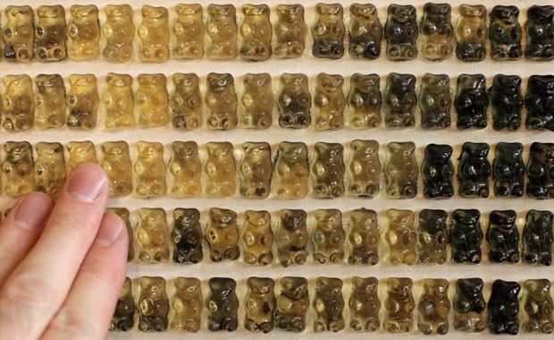 Artista Johannes Cordes usa as famosas balas de goma gummy bears para criar suas obras (Foto: Friso Gentsch/AFP)