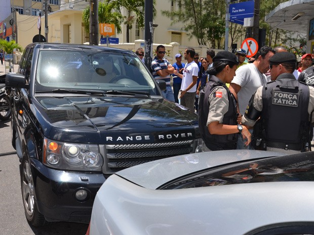 Assaltantes roubaram SUV e bateram o carro poucos metros depois, no Centro de João Pessoa   (Foto: Walter Paparazzo/G1)