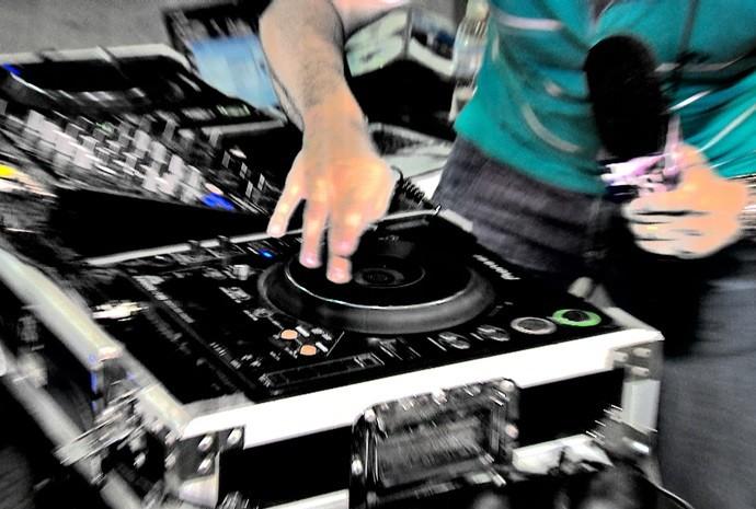 Será que o Marcão conseguiu mandar bem como dj? (Foto: Reprodução / TV TEM)