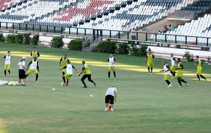 jogadores no treino do Vasco (Foto: Edgard Maciel de Sá)