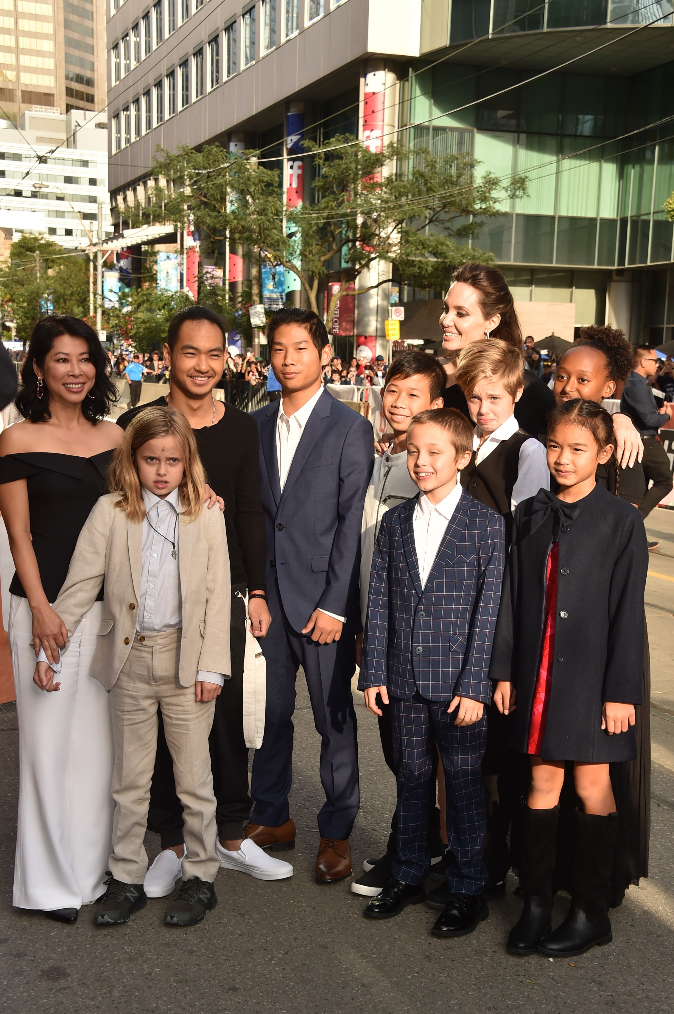 """TORONTO, ON - SEPTEMBER 11:  (L-R) Loung Ung, Vivienne Jolie-Pitt, Maddox Jolie-Pitt, Pax Jolie-Pitt, Kimhak Mun, Knox Jolie-Pitt, Shiloh Jolie-Pitt, Angelina Jolie, Zahara Jolie-Pitt and Sareum Srey Moch attend the """"First They Killed My Father"""" premiere  (Foto: Getty Images)"""