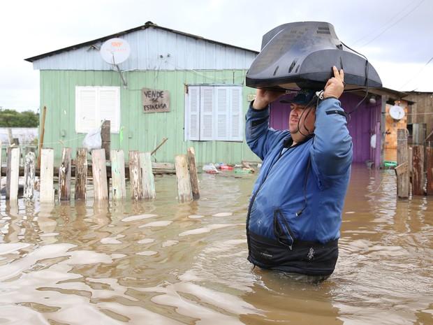 Famílias sofrem com a chuva que completa duas semanas e atinge a Vila Rica, em Gravataí (Foto: PEDRO H. TESCH/ELEVEN/ESTADÃO CONTEÚDO)