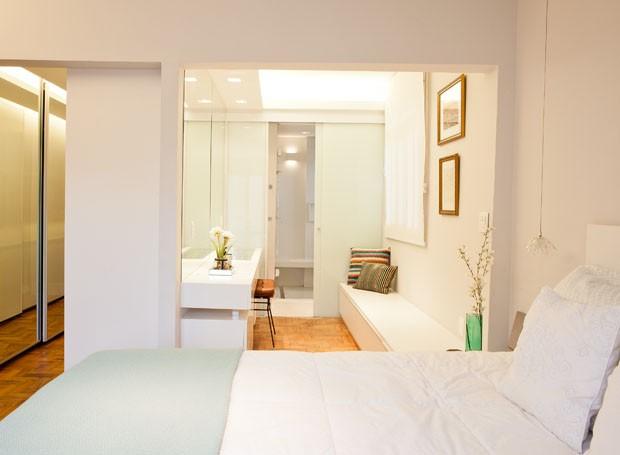 O quarto ganhou um espaço de bem-estar parecido com um camarim. A bancada do lavatório se estende até a cama formando um criado-mudo que também é banco (Foto: André Santana/Divulgação)