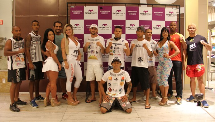 Atletas posam para a foto oficial da pesagem do MegaFighters (Foto: Gabriel Peres)