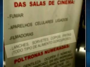 Cartaz na entrada do cinema diz que é proibido entrar com alimentos (Foto: Reprodução/EPTV)