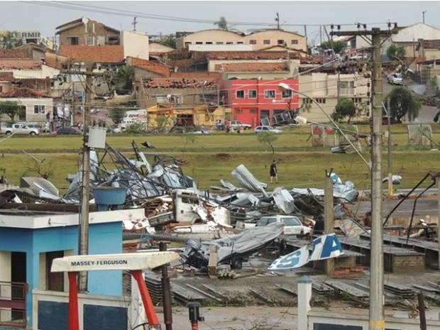 Diversos locais foram destelhadas pelos fortes ventos (Foto: Reprodução/TV TEM)