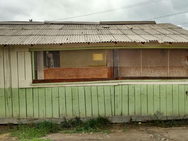 Prédio de madeira tem goteiras e é cheio de 'remendos'; escola municipal fica no Cantá, interior de Roraima (Foto: Arquivo pessoal )