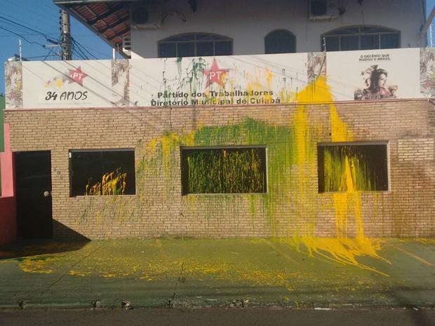 Fachada do Partido dos Trabalhadores em Cuiabá amanheceu pichada (Foto: Renato Moreschi Junior/ Arquivo pessoal)