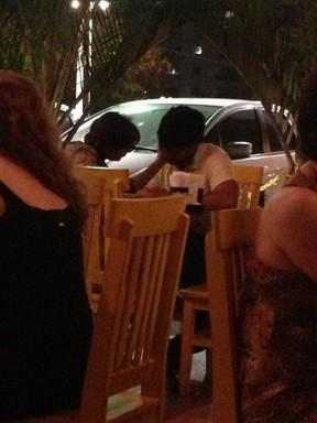 Deborah Secco, com o namorado, Allyson Castro, em restaurante na Barra da Tijuca, Zona Oeste do Rio (Foto: EGO)