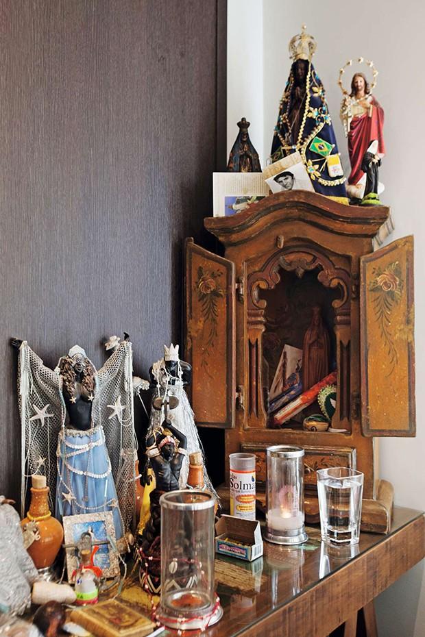 O altar de Henri reúne velas e imagens de santos e orixás da Umbanda  (Foto:  O altar de Henri reúne velas e imagens de santos e orixás da Umbanda )