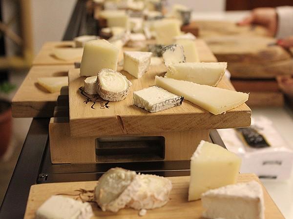 A mestre queijeira Heloisa Collins conta as origens do queijo e explica os diferentes métodos de produção para os assinantes (Foto: Patricia Oyama/ Editora Globo)