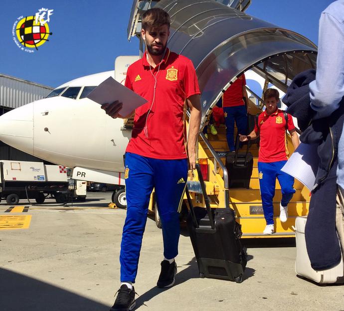Piqué Espanha viagem (Foto: Reprodução/Twitter)
