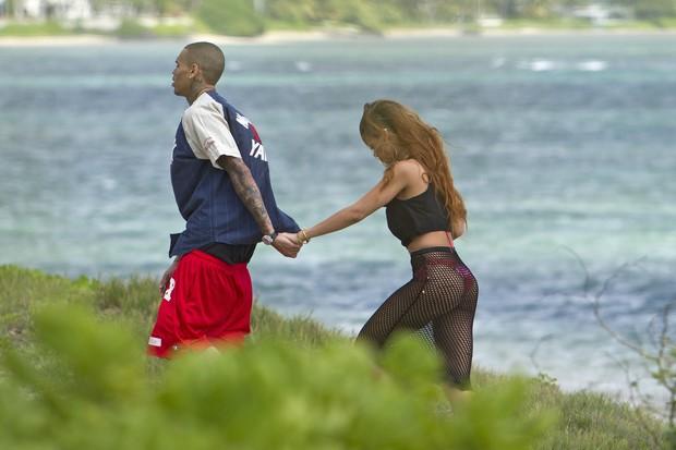 Rihanna e Chris Brown em praia no Havaí (Foto: Splash News/ Agência)