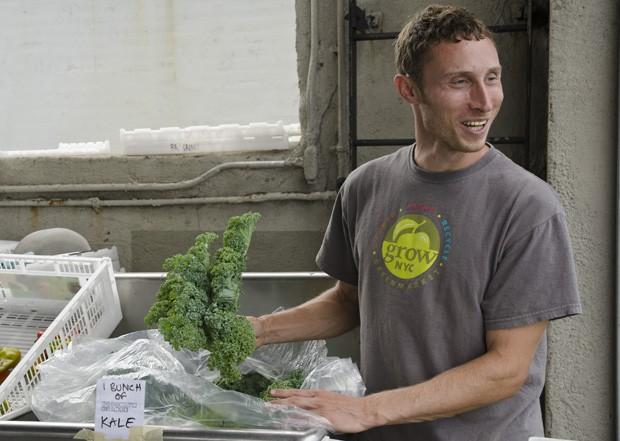 Bradley Fleming, gerente da Brooklyn Grange Farm e um dos iniciadores do projeto, prepara cestas para os que participam da cooperativa (Foto: Haroldo Castro/ÉPOCA)