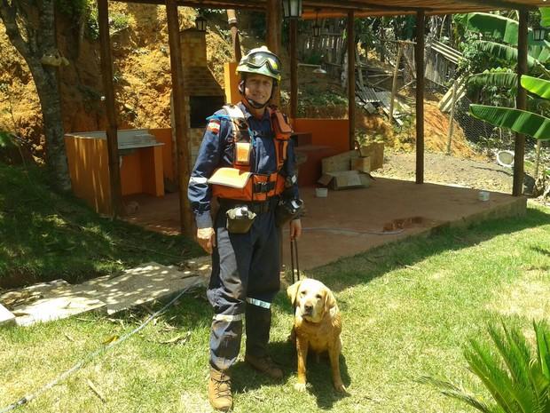Ice, na companhia do treinador Sargento Amorim, em missão em Mariana (MG) (Foto: Corpo de Bombeiros/ Divulgação)