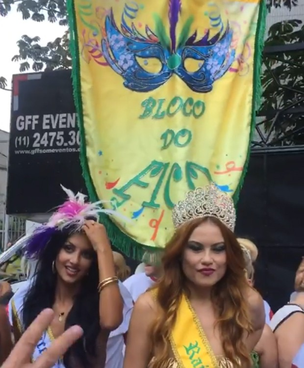 Anajú Dorigon e Ellen Rocche desfilaram nas ruas do bairro do Ipiranga (Foto: Reprodução/Instagram)
