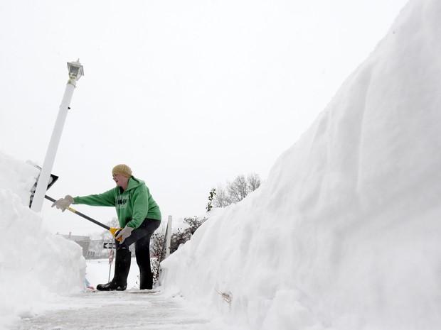 Mae Richardson tenta limpar entrada de sua casa em Parkville (Foto: AP Photo/Steve Ruark)