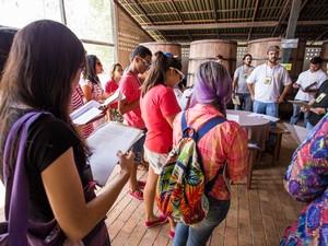 Grupo participa de visita guiada dentro do alambique artesanal de cachaça (Foto: Jonathan Lins/G1)