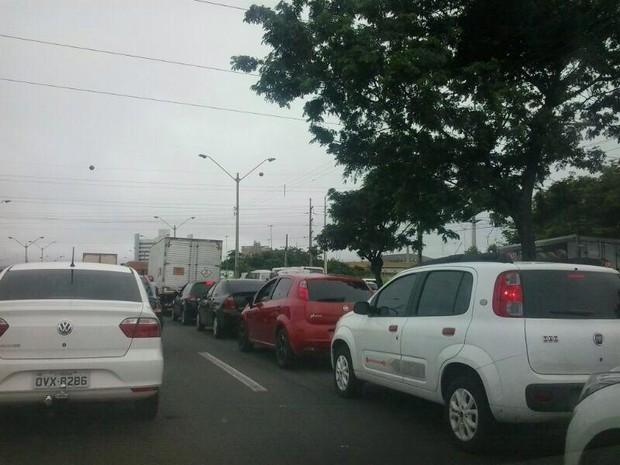 Motoristas enfrentam congestionamento na BR-316 em Teresina (Foto: Ellyo Teixeira/G1)