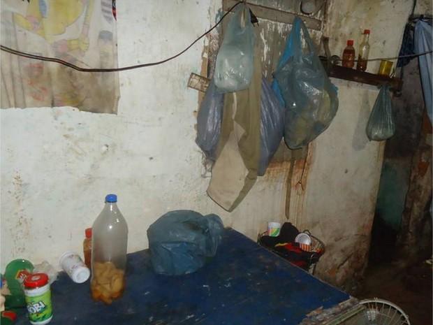 Trabalhadores viviam trancados em cômodo e eram vigiados (Foto: São Fidélis Notícias / Vínícius Cremonez)