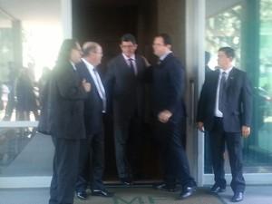 Joaquim Levy e Nelson Barbosa deixam prédio  (Foto: Alexandro Martello/G1)