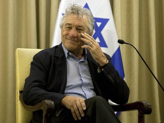 O ator Robert De Niro durante encontro com o presidente de Israel, Shimon Peres, em sua própria residência em Jerusálem, nesta terça-feira (18) (Foto: REUTERS/Sebastian Scheiner/Pool)