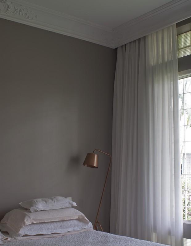 A luminária de pintura eletrostática cobre, da Luz Oculta, divide espaço com o gesso, da Arstyl (Foto: Celia Weiss/Divulgação)