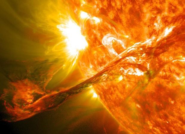 Concepção artística divulgada pela Nasa mostra erupção solar de agosto de 2012 semelhante à ocorrida nesta semana (Foto: Nasa/AP)