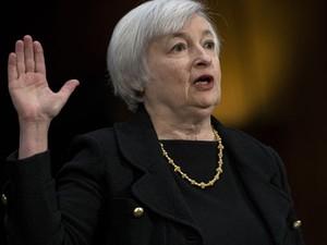 Janet Yellen faz o juramento durante a audiência dela no Senado na quinta (15), para substituir o presidente do Fed, Ben Bernanke. (Foto: Brendan Smialowski/TOPSHOTS/AFP PHOTO)