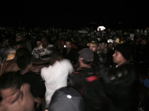 Policiais abordam suspeitos na Praia de Copacabana (Foto: Henrique Coelho/G1)