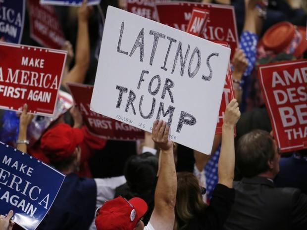 Participante da Convenção Nacional Republicana, realizada em julho em Cleveland, Ohio, exibe cartaz Latinos por Trump (Foto:  REUTERS/Carlo Allegri)