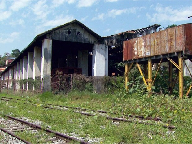 Estação ferroviária abandonada acumula sujeira em Três Corações, MG (Foto: Reprodução EPTV)