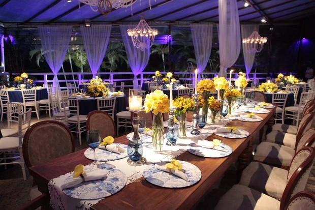 Casamento dos ex-BBBs Fran e Diego tem decoração elegante em tons de azul e amarelo em casa de festas no Alto da Boa Viista, no Rio de Janeiro (Foto: Isac Luz)