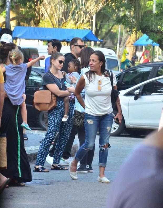 Leandra com Julia no colo (Foto: AgNews)