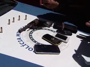 Arma, minições e celulares foram apreendidos com suspeito de assaltar ótica no centro de Salvador, Bahia (Foto: Reprodução/ Tv Bahia)