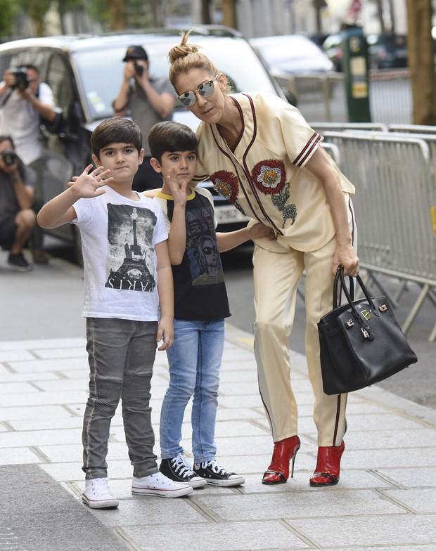 Céline Dion com os gêmeos, Nelson e Eddy (Foto: Grosby Group)